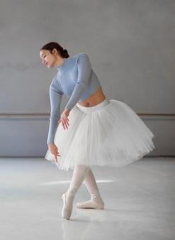 Bailarina dançando com saia tutu e sapatilhas de ponta