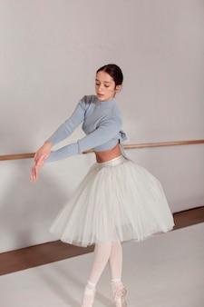Bailarina dançando com saia tutu