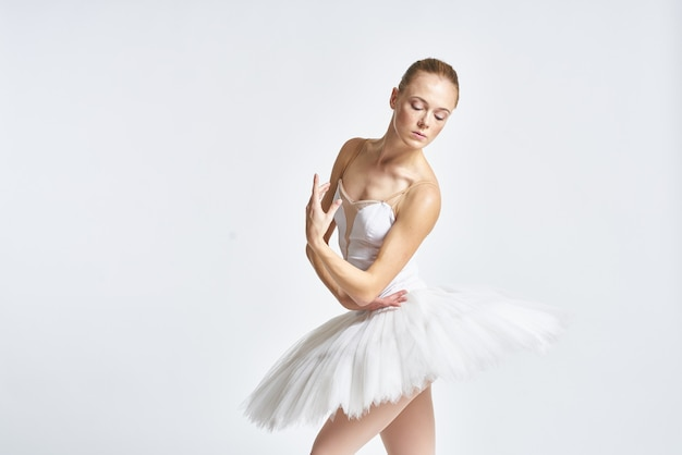 Bailarina dançando com sapatilhas de tutu e ponta