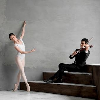 Bailarina dançando e músico tocando violino