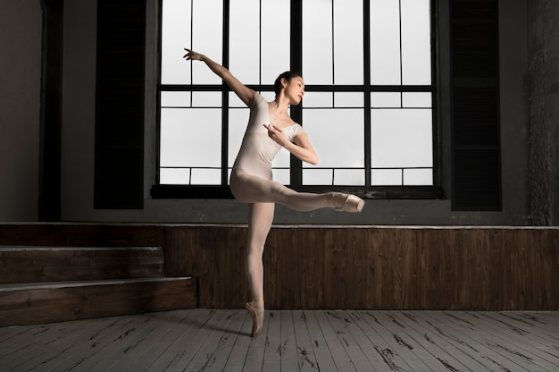 Bailarina dançando em um collant