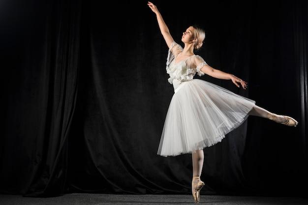 Bailarina dançando no vestido tutu com espaço de cópia
