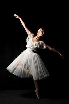 Bailarina dançando no vestido tutu com sapatilhas