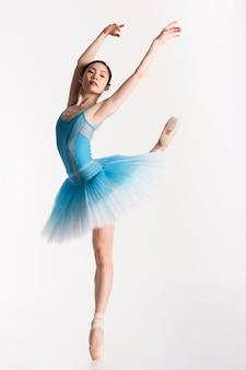 Bailarina dançando no vestido tutu