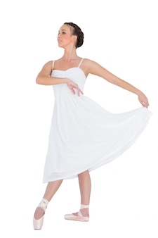 Bailarina de balé jovem focada posando