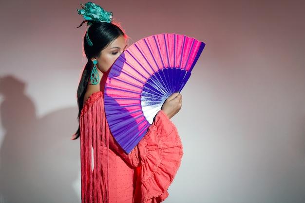 Bailarina de flamenco bastante jovem com um lindo vestido.