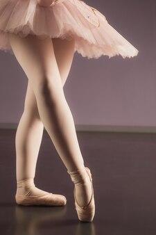 Bailarina de pé em tutu rosa