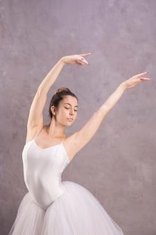 Bailarina de vista frontal com as mãos no ar