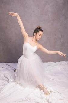 Bailarina de vista frontal com braços abertos