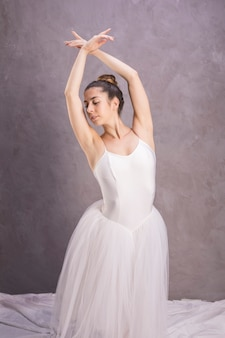 Bailarina de vista frontal com braços cruzados