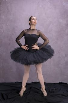 Bailarina de vista frontal posando com confiança