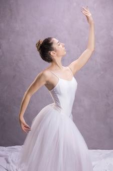 Bailarina de vista lateral sendo confiante