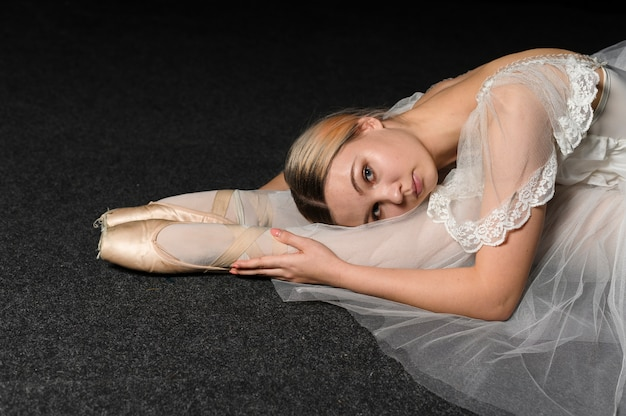 Bailarina em vestido tutu alongamento