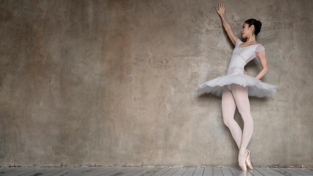 Bailarina em vestido tutu com espaço de cópia