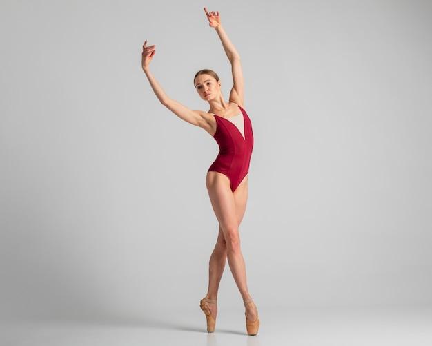 Bailarina flexível tiro completo posando