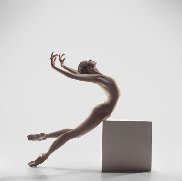 Bailarina. jovem graciosa bailarina feminina dançando. beleza do balé clássico.