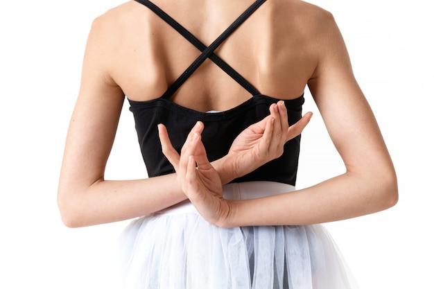 Bailarina mulher dançando balé sobre um fundo claro no estúdio