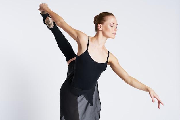 Bailarina mulher dançando em sapatos tutu e pointe