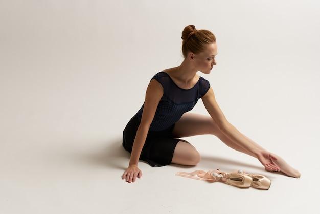 Bailarina mulher está esticando