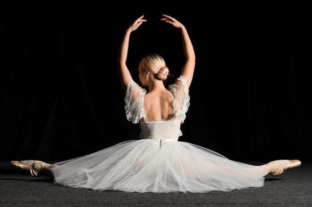 Bailarina posando ao fazer uma divisão