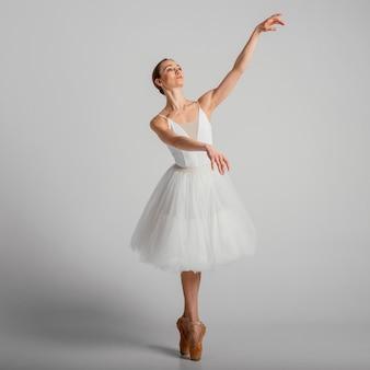 Bailarina posando com sapatilhas de ponta