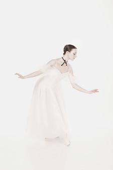 Bailarina posando em vestido de estilo romântico
