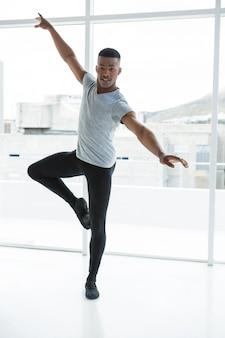 Bailarina praticando dança de balé
