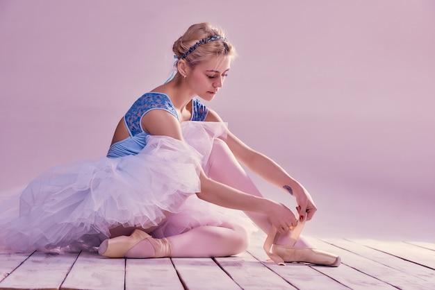 Bailarina profissional colocando seus sapatos de balé