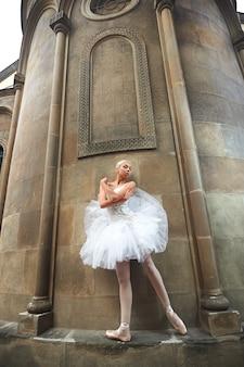 Bailarina realizando perto de um antigo castelo