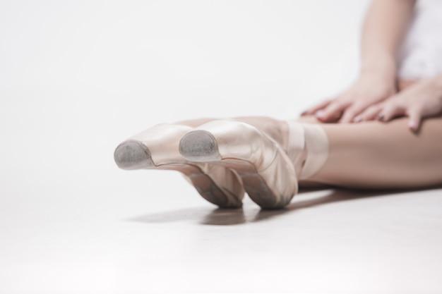 Bailarina sentada com as pernas cruzadas