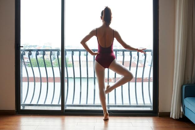 Bailarina treinando em casa