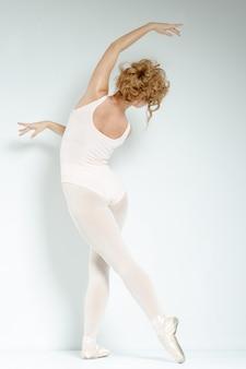 Bailarina. treine no estúdio. exercite-se.