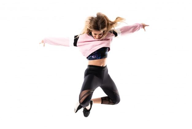 Bailarina urbana dançando e pulando