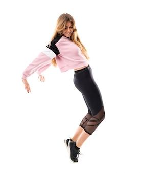 Bailarina urbana dançando sobre branco isolado