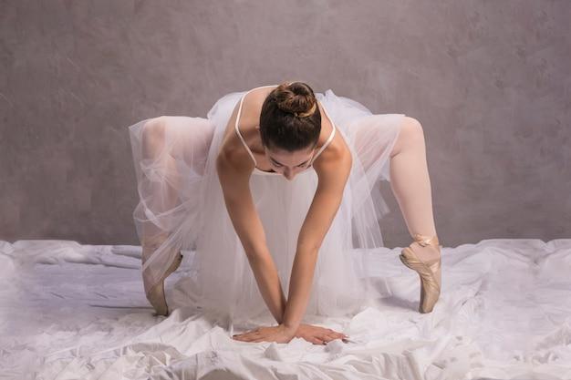 Bailarina vista frontal, curvando-se