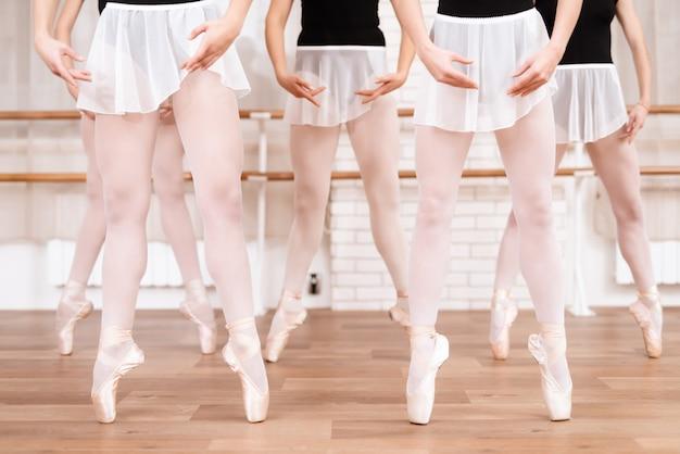 Bailarinas de meninas ensaiar na aula de balé em pointe.