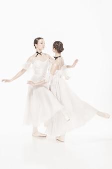 Bailarinas posando em vestido de estilo romântico