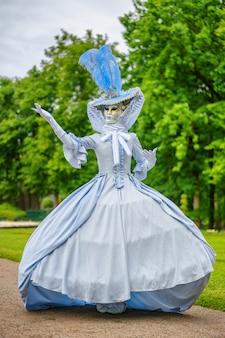 Baile de máscaras, uma mulher em um lindo vestido e máscara veneziana
