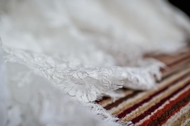 Bainha de vestido de noiva branco