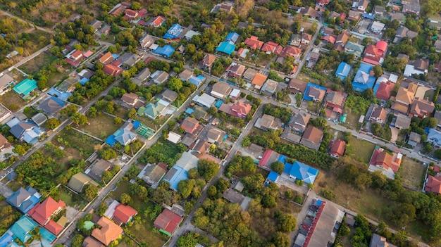 Bairro com casas residenciais e calçadas