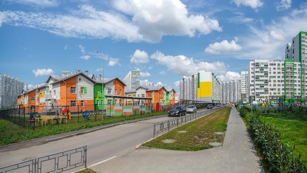 Bairro residencial nos arredores de barnaul. edifícios novos bonitos e modernos. parede colorida.