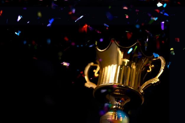 Baixa imagem chave de fundo escuro do troféu, com luzes de brilho abstrato