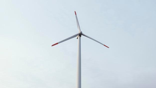 Baixo ângulo da turbina eólica gerando energia