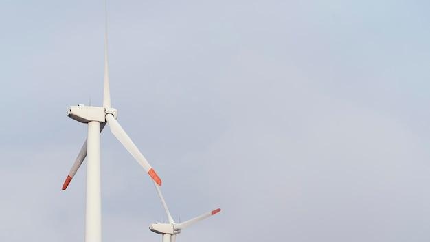 Baixo ângulo de turbinas eólicas gerando energia