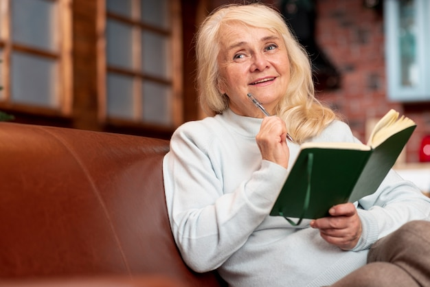 Baixo, ângulo, mulher idosa, leitura