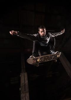 Baixo, ângulo, skater, meio, ar