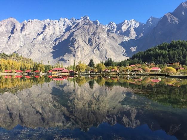 Baixo lago kachula no outono, skardu, gilgit-baltistan, paquistão