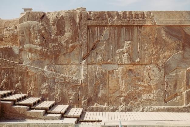 Baixo-relevo antigo e antiga inscrição cuneiforme no persepolis.