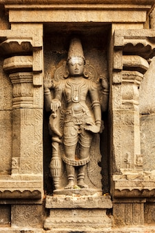 Baixo-relevo do deus hindu vishnu em templo hindu na índia