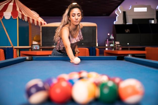 Baixo, vista, mulher, jogando bilhar